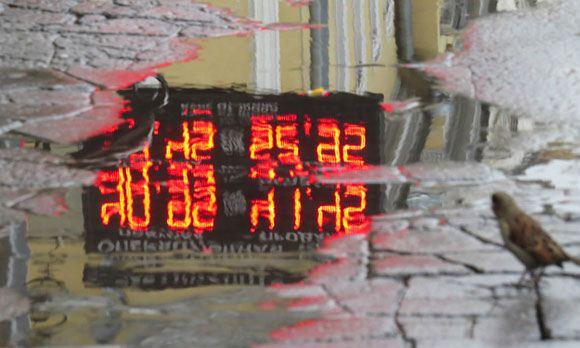 Рубль продолжает падать, ожидая снижения суверенного рейтинга РФ