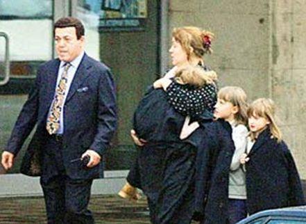 Кобзон выводит из захваченного террористами здания женщину с детьми