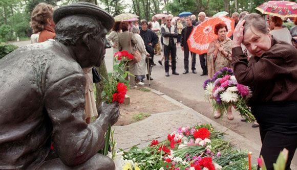 Tatyana Nikulin at the monument to Yuri Nikulin