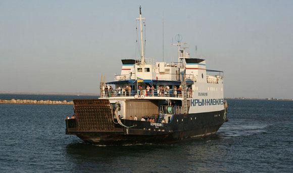 Пассажирский паром пересекает Керченский пролив