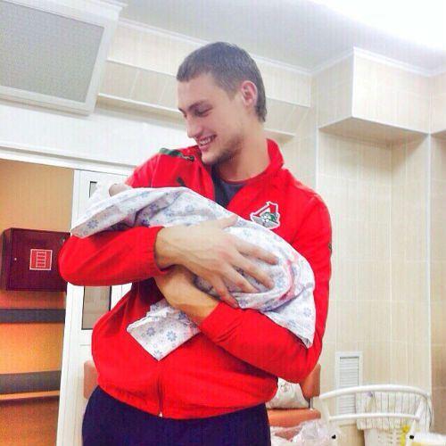 «Дом-2»: В интернете появилось первое фото ребенка Элина Карякиной
