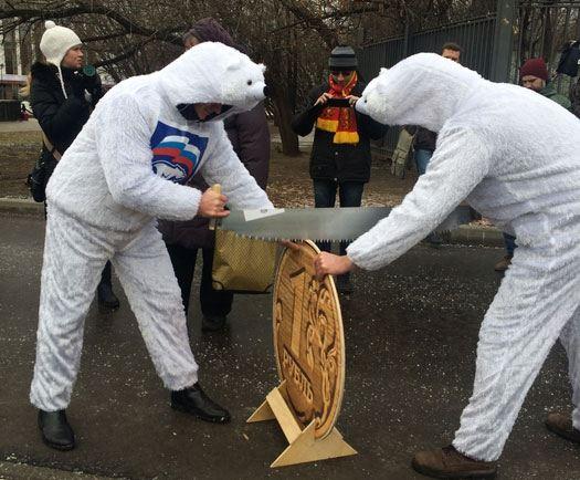 «Белые медведи» распиливают рубль перед домом правительства