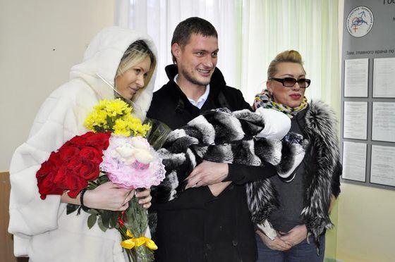 Александр Задойнов достойно встретил жену и дочь из роддома