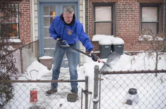 Владельцам дома или дачи не понаслышке известно, как непросто убирать снег