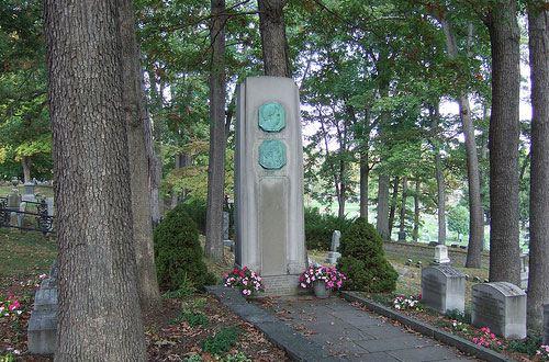 С могилы писателя Марка Твена украли мемориальную доску