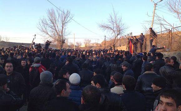 У российской военной части в Гюмри проходит стихийный митинг
