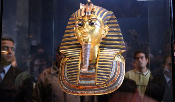 Сотрудники Каирского египетского музея испортили погребальную маску Тутанхамона