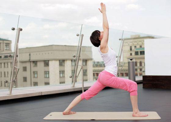 Ксения Трушакова проводит курс по йоге под открытым небом