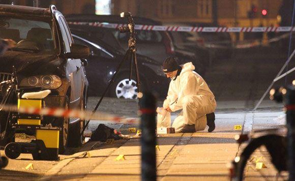 Криминалист работает рядом с расстрелянным кафе «Крудтенден»