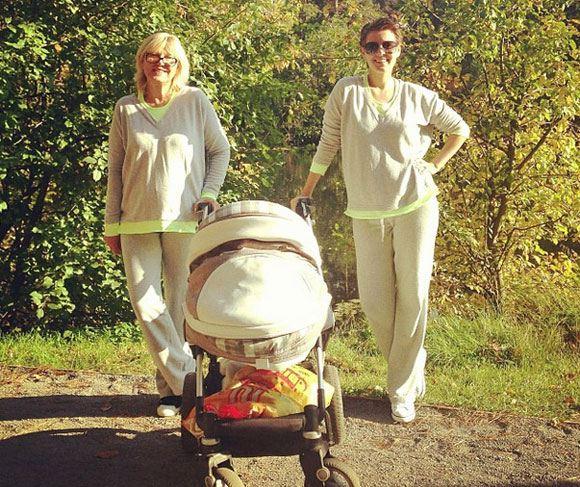 Кожевникова на прогулке с сыном и мамой