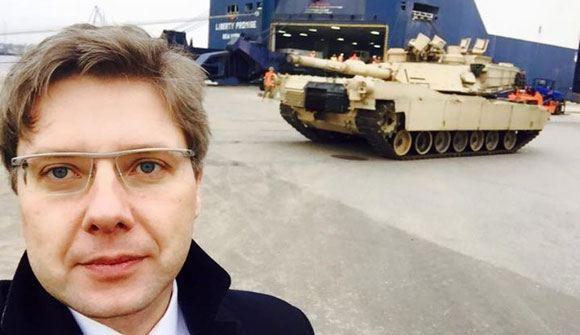 Мэр Риги на фоне американского танка