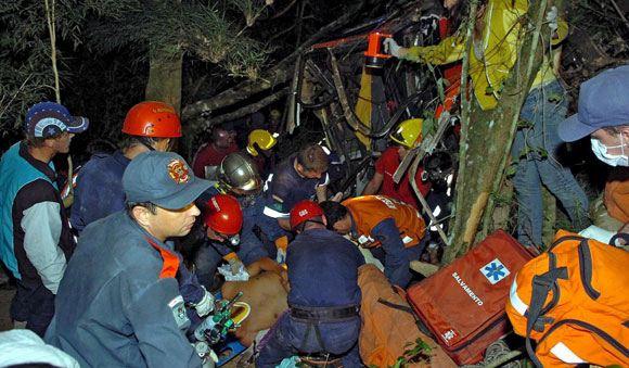 В Бразилии продолжаются спасательные работы на месте падения в пропасть автобуса