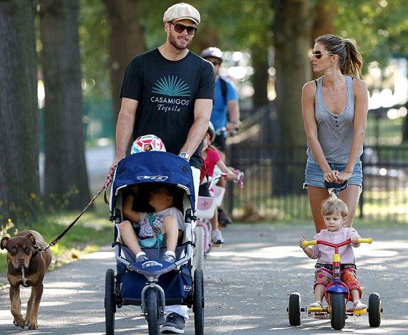 Жизель Бундхен с детьми и мужем