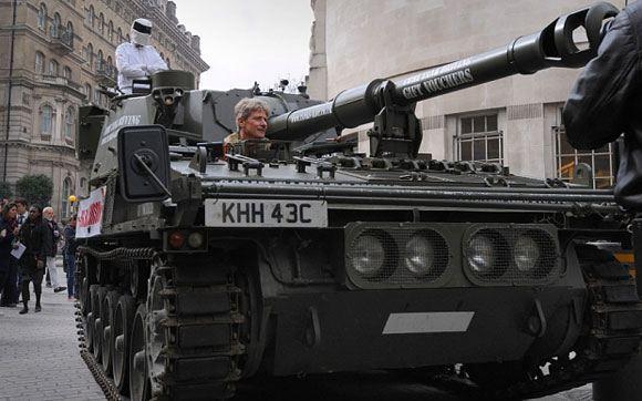 Подписи в защиту Кларксона привезли в BBC на танке