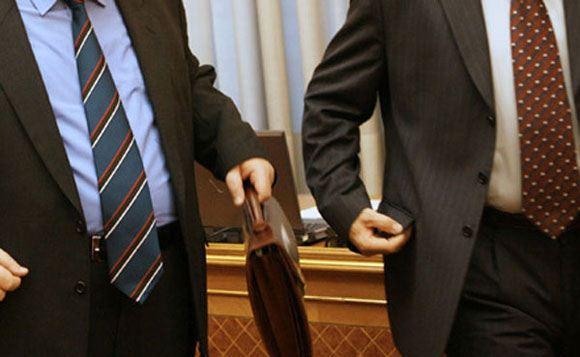 Россияне с подозрением относятся к чиновникам и выступают за сокращения в их рядах