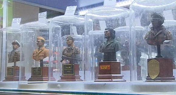 Бюсты известных военачальников, продающиеся в «Центральном детском магазине»