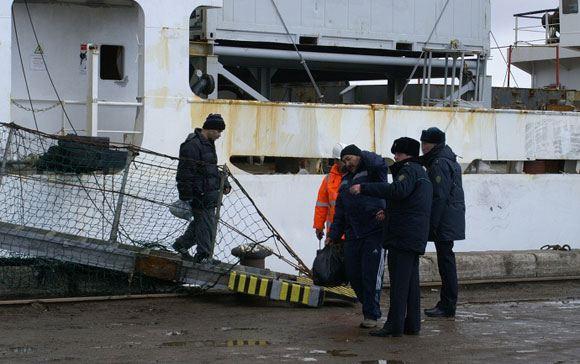 Спасенные моряки с «Дальнего Востока»