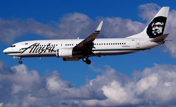 Самолет Alaska Airlines поднялся в воздух с грузчиком в отделении багажа