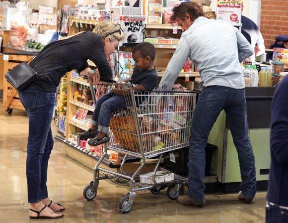 Шарлиз Терон и Шон Пенн делают покупки вместе с приемным сыном