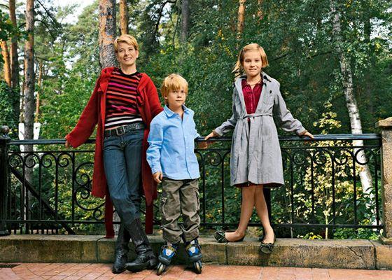Юлия Высоцкая с сыном и дочерью