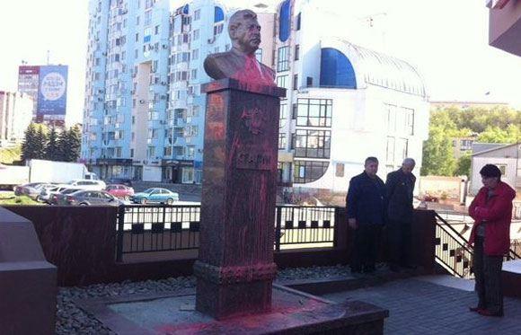В ночь на 8 маяв Липецке облили краской бюст Сталина