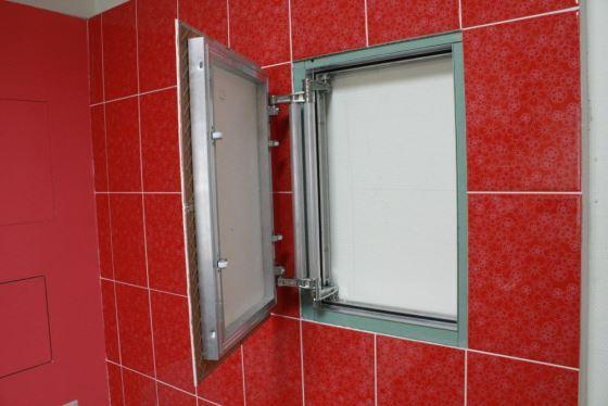 Девушка дверца сантехническая под плитку устройстве бетоне арматурной