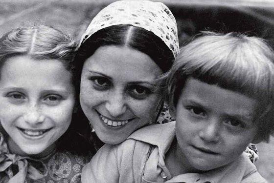 Mai Plisetskaya family: with mom and brother
