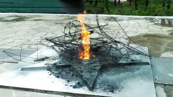 В Алексине подростки пожарили в Вечном огне картошку и сожгли венки