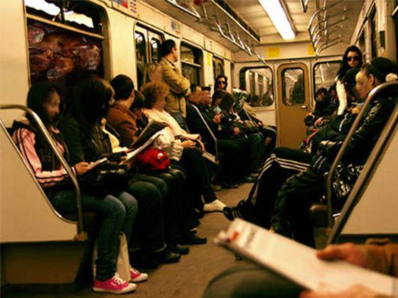 Москвичи перестали читать книги в транспорте?