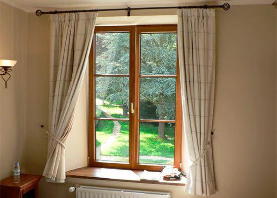 Деревянные окна украшают комнату