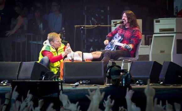 Дэйв Грол сломал ногу в ходе вступления, но все равно завершил концерт