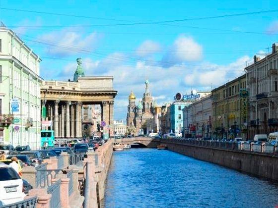 В центре Питера у Казанского собора