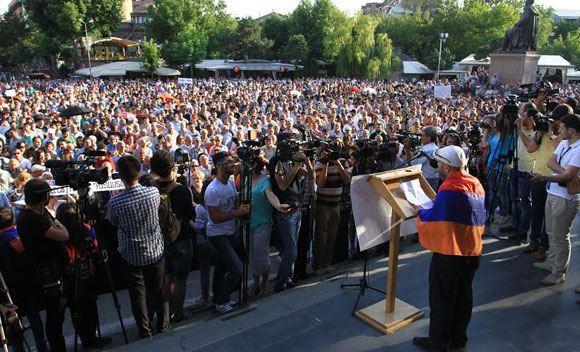 В Ереване тысячи людей протестуют против поднятия тарифа на электричество