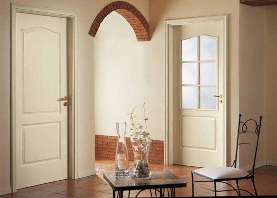Выгодно подчеркнут аристократизм и изысканность классического интерьера двери из натуральной древесины