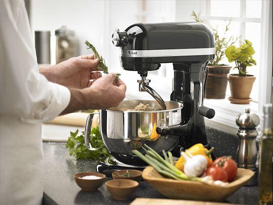 Кухонный комбайн является самым универсальным из всей бытовой техники