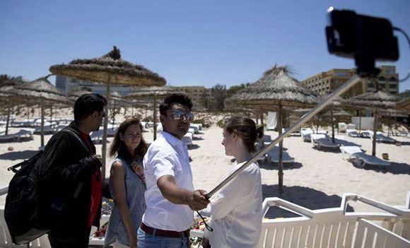 Британский политик Амран Хусейн снял селфи на месте теракта