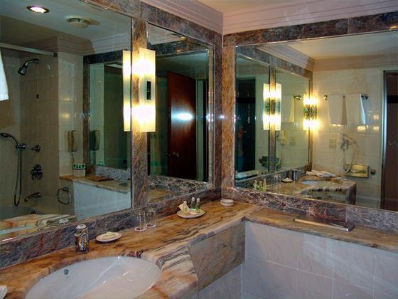 Без зеркал в ванной точно не обойтись