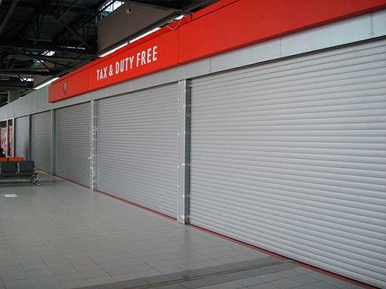 В последнее время все чаще можно увидеть магазинчики и ларьки, витрины которых для безопасности на ночь закрывают специальными роллетами