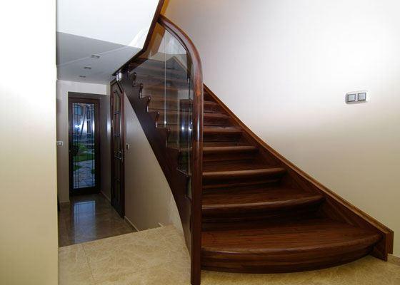 Лестница, изготовленная из американского ореха, станет центральным элементом интерьера