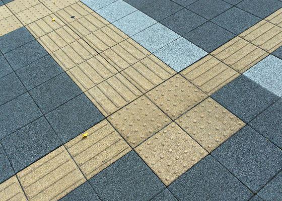 Тактильная плитка – это вид наземного дорожного покрытия с рельефными указателями направления пути