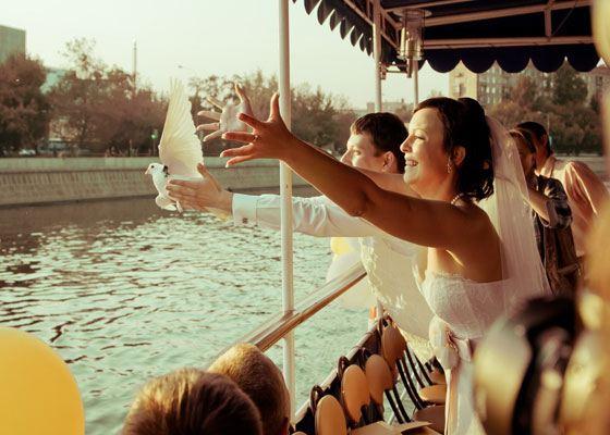 Только представьте себе, как замечательно будет гармонировать аренда теплохода на свадьбу с чувствами молодых влюбленных