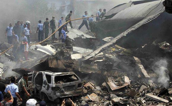 В Индонезии военно-транспортный самолет рухнул на жилой квартал