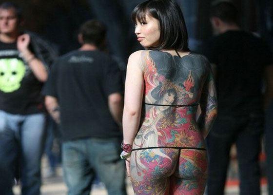 С ног до головы татуированая девушка на фестивале тату в Лондоне