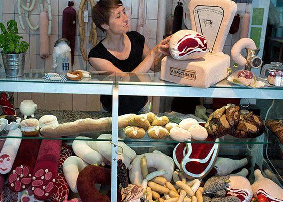 Спросом пользуются текстильные подушки в виде окороков и колбас