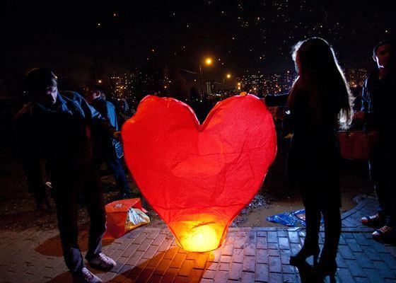 Небесный фонарик внесет момент оригинальности в любой романтический вечер