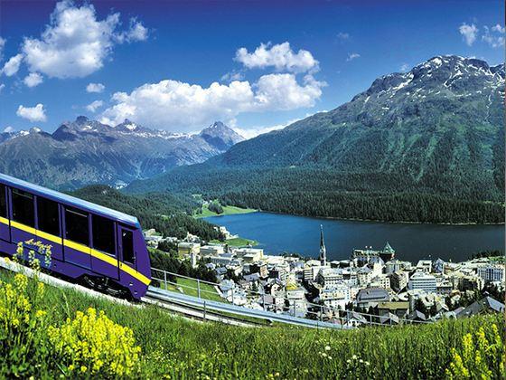 Санкт-Мориц является знаменитым модным курортом, расположенным у подножья гор, прямо на берегу озера