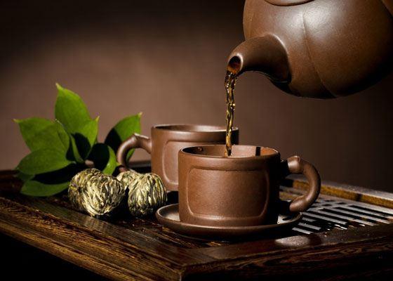 Для заваривания пуэра лучше использовать глиняный чайник, так как в нём дольше и лучше держится температура