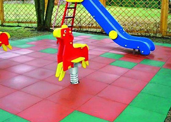 С помощью резиновой плитки получается универсальное и безопасное напольное покрытие