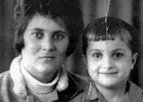 Владислав Сурков в детстве с мамой