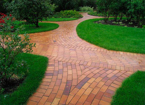 Живописные дорожки во дворе, в саду или перед входом в дом порадуют хозяев и удивят гостей